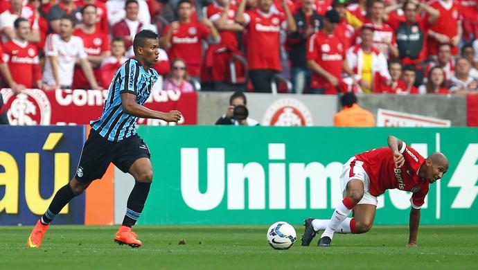 Estreante Wallace, do Grêmio, recupera a bola depois do escorregão de Wellington (Foto: Lucas Uebel/Grêmio FBPA)