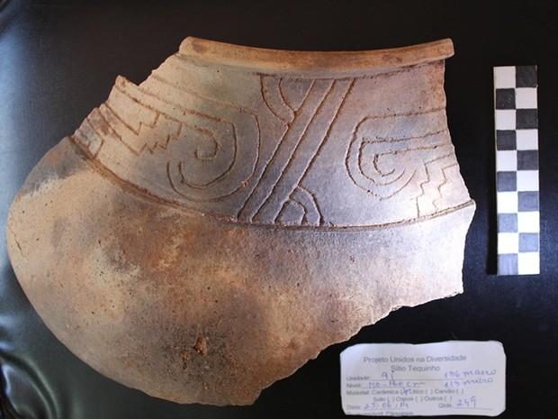 Peça de cerâmica encontrada por pesquisadores  (Foto: Martti Parssinen/Arquivo Pessoal)