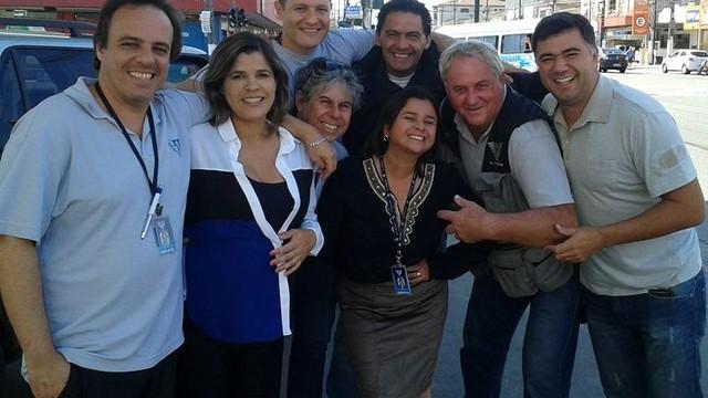 Dione Aguiar e Rinaldo Rori com os demais funcionários da emissora (Foto: Arquivo Pessoal/Dione Aguiar)