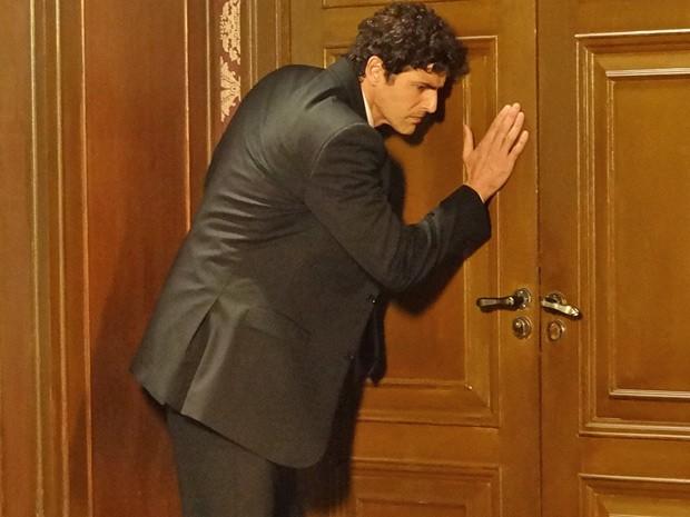 Nando fica preso na biblioteca da mansão (Foto: Guerra dos Sexos/ TV Globo)