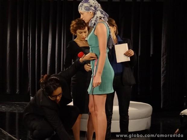 Nicole tira medidas para a confecção de seu vestido de noiva (Foto: Amor à Vida / TV Globo)