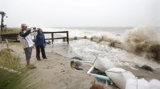 Casal observa arrebentação na ilha de Palms, na Carolina do Sul, neste sábado (3) (Foto: Mic Smith/AP)
