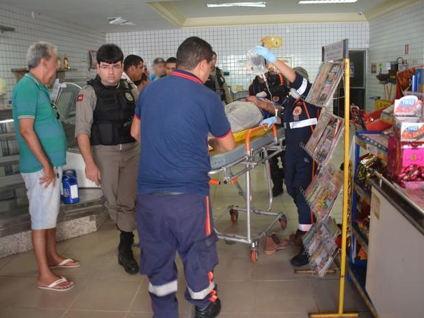 Jovem foi socorrido pelo Samu e levado para o Hospital de Trauma de João Pessoa em estado grave (Foto: Walter Paparazzo/G1)