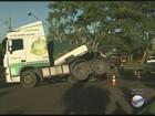 Caminhão com 30 t de madeira tomba e bloqueia avenida em Ribeirão Preto