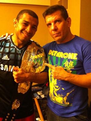 José Aldo posa com seu técnico André Pederneiras, após o UFC 136 (Foto: Reprodução Twitter)