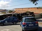 Caminhão carregado com tubos de cerâmica tomba sob muro de casa