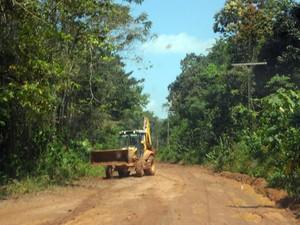 Setrap faz a manutenção do trecho da estrada AP-010, que dá acesso a Mazagão Velho (Foto: Gabriel Penha/G1)