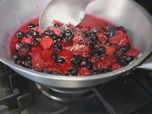 Calda de frutas deve ser cozida até engrossar (Foto: Isabela Oliveira/G1)