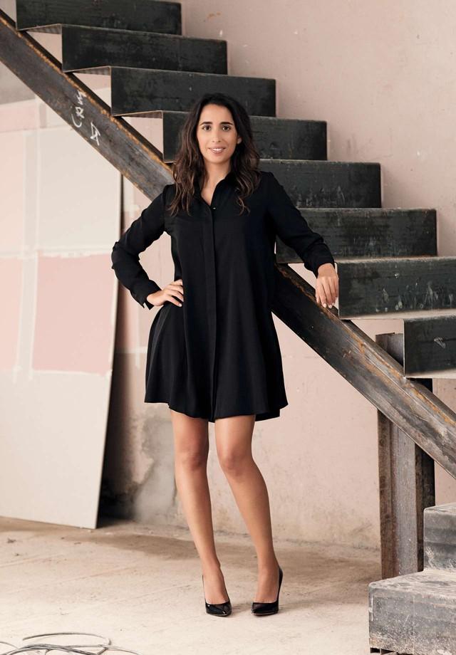A fundadora Olivia Camplez durante as obras da Maison Dominique, nos Jardins, cujo projeto foi concebido para lembrar um apartamento parisiense   (Foto: BRUNO BRALFPERR)