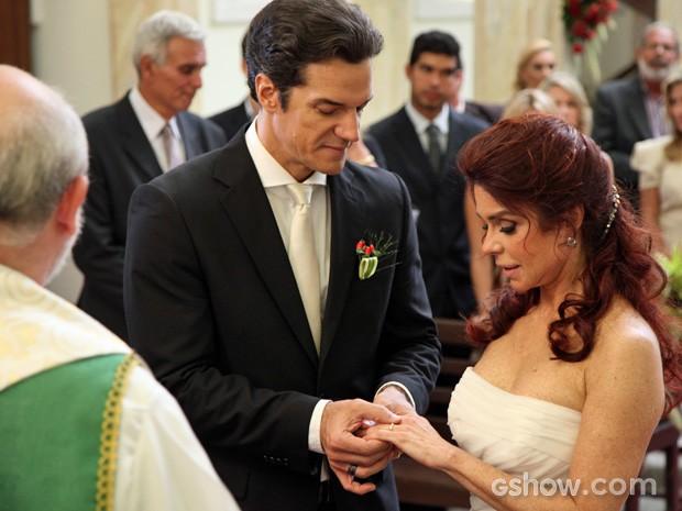Ignácio e Gigi trocam alianças (Foto: Carol Caminha/TV Globo)