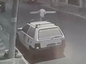 Homem foge com escada furtada em Porto Ferreira (Foto: Reprodução)