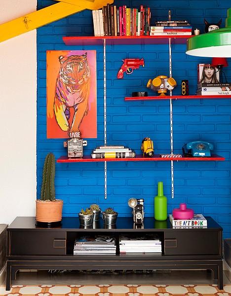O quadro de tigre segue a paleta de tons vibrantes do ambiente. Ele contrasta com a parede azul, escolhida pelo consultor de imagem Geovane Pedro de Bertoli, que se inspirou nos filmes do diretor espanhol Pedro Almodóvar (Foto: Marcos Lima/Casa e Jardim)