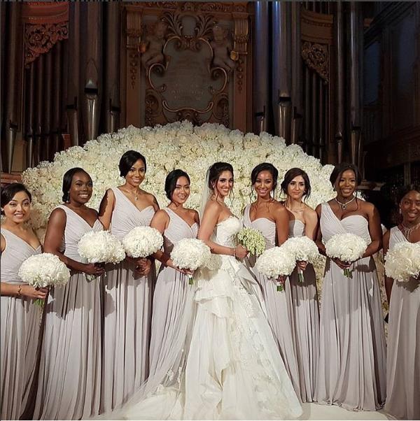 A noiva entre as madrinhas, em frente ao órgão do Palácio de Blenheim (Foto: Reprodução/Instagram)