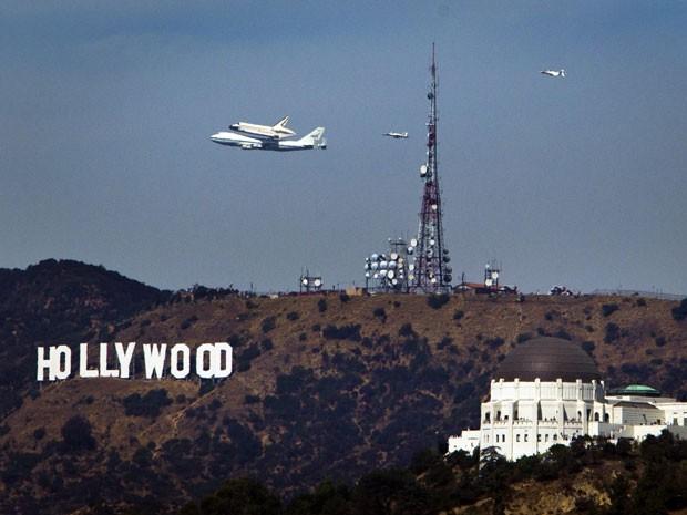 Endeavour sobrevoou a placa de Hollywood, ponto turístico da região de Los Angeles (Foto: Reuters/Patrick Fallon)