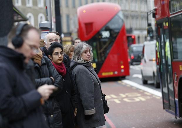 Pontos de ônibus ficaram cheios em Londres nesta quinta-feira (6), com o segundo dia de greve do Metrô (Foto: Olivia Harris/Reuters)