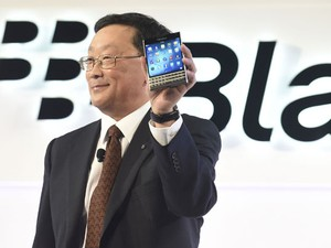 Presidente da BlackBerry, John Chen, mostra o novo smartphone da companhia, o Passport. (Foto: Aaron Harris/Reuters)