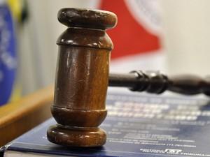 23.nov.2012 - O martelo sobre a mesa da juíza Marixa Fabiane Lopes Rodrigues