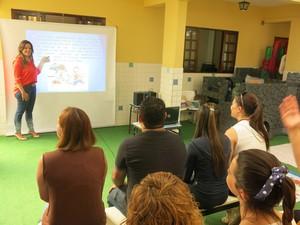 Diretora conversa com as professores sobre projetos na escola (Foto: Antonio Marcos/G1)