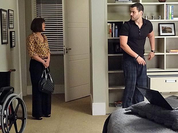 Regina flagra Fernando em pé! (Foto: Amor Eterno Amor/TV Globo)
