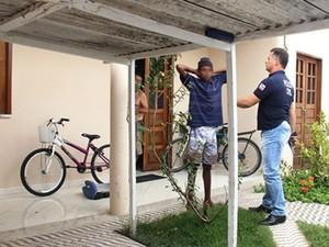 Um dos sequestradores se entregou à polícia (Foto: Raimundo Mascarenhas/ Calila Noticias)