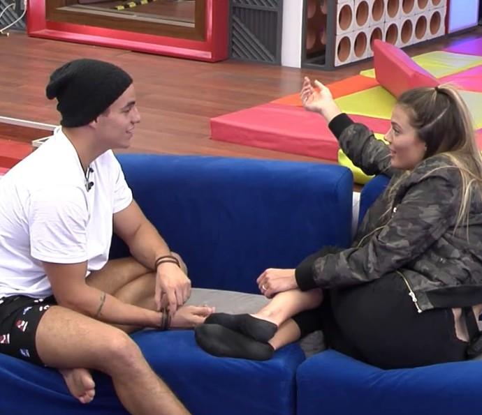 Antônio e Alyson conversam sozinhos na sala (Foto: TeleCinco)