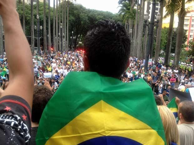 """Ato foi encerrado na Praça da Sé, relembrando a """"Marcha da Família"""" de 1964. (Foto: Tatiana Santiago/G1)"""