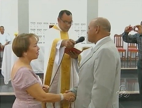 Padre celebra casamento dos pais (Foto: Bom dia Amazônia)