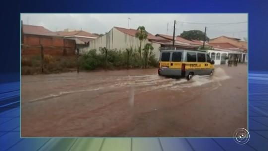 Ruas ficam alagadas na região de Jundiaí durante chuva