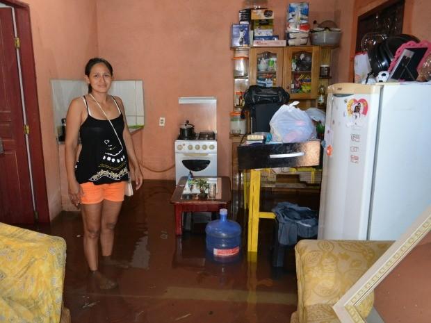 Sirlane teve a casa inundada na madrugada desta quinta-feira (7), ela perdeu todos os seus móveis (Foto: Hosana Morais/G1)