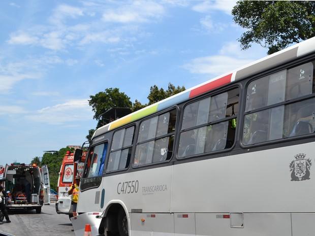 Ônibus bateu em muro na Linha Amarela neste domingo (13) (Foto: Edgard Maciel de Sá/Globoesporte.com)