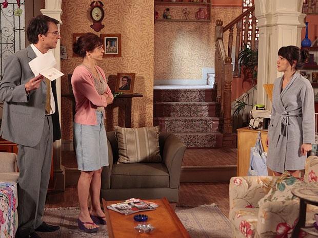 O casal fica chocado com a atitude da filha (Foto: Guerra dos Sexos / TV Globo)