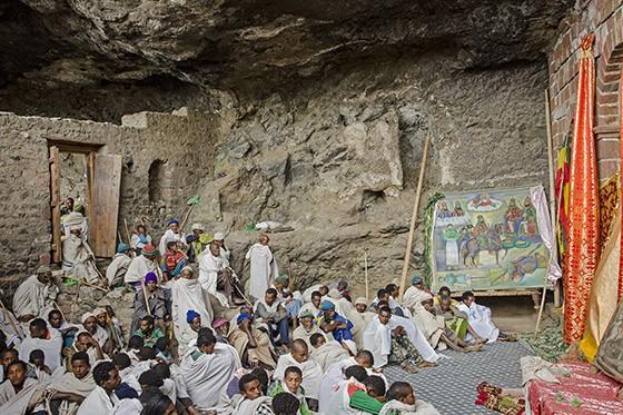 Pátio da igreja Na'akuto La'ab, dentro da caverna, em abril de 2017 (Foto: © Haroldo Castro/ÉPOCA)