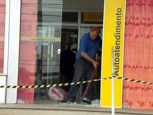 Caixas eletrônicos danificados na Avenida das Amoreiras em Campinas (Foto: Reprodução EPTV)