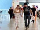 Ex-BBBs Adriana e Rodrigão viajam com cachorrinho a tiracolo