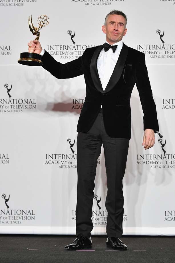 """O ator inglês Steve Koogan com o prêmio de melhor comédia para """"Alan Partridge's Scissored Isle""""  (Foto: Getty Images)"""