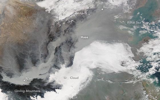 A nuvem de poluição na China vista por satélite (Foto: Nasa)