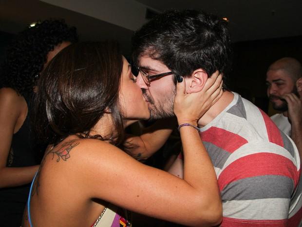 Priscila Sol beija o namorado, João Faria, após estreia de peça em São Paulo (Foto: Marcos Ribas/ Foto Rio News)