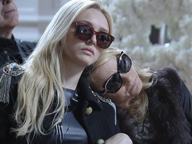 Megan e Pamela Parker-Marra no enterro simbólico do avô e pai Jack Parker (Foto: Parker TV)