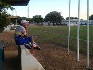 Carlos Magno observa elenco do Interporto em campo (Foto: Vilma Nascimento/GloboEsporte.com)