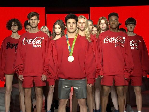 Arthur Nory lidera time de modelos para finalizar desfile da Coca-Cola Jeans (Foto: GNT)