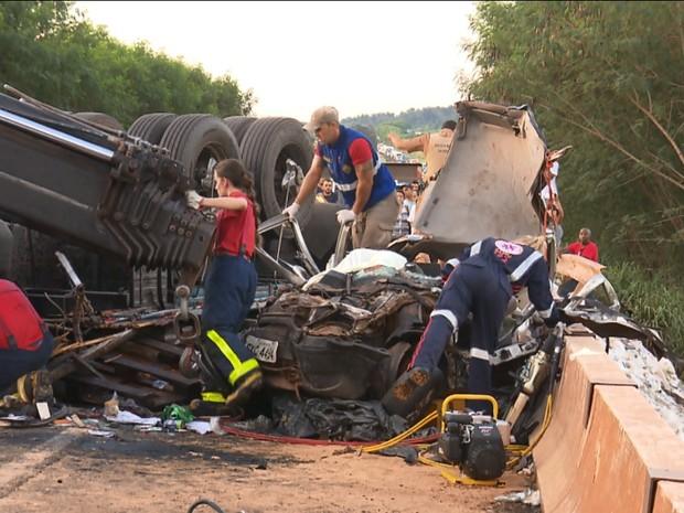 Veículos ficaram completamente destruídos após acidente na PR-317, em Maringá (Foto: Reprodução RPC)
