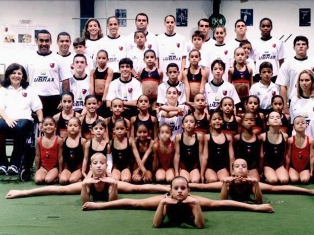 Alice Wegmann (A do canto deiro da primeira fila com um collant vermelho) e Daniele Hipólyto (de blusa branca no centro da segunda fileira) junto com a equipe de ginástica olímpica do Flamengo   (Foto: Arquivo pessoal)