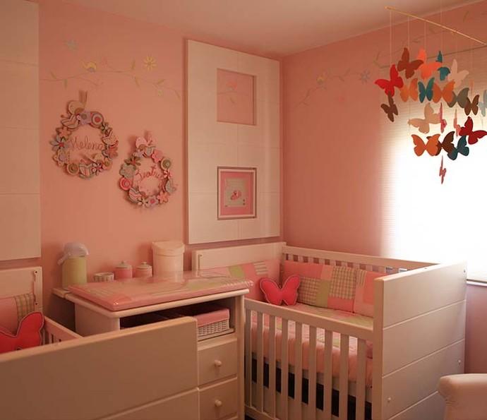 Uma cômoda organiza o quarto e pode separar os berços dos gêmeos (Foto: Divulgação)