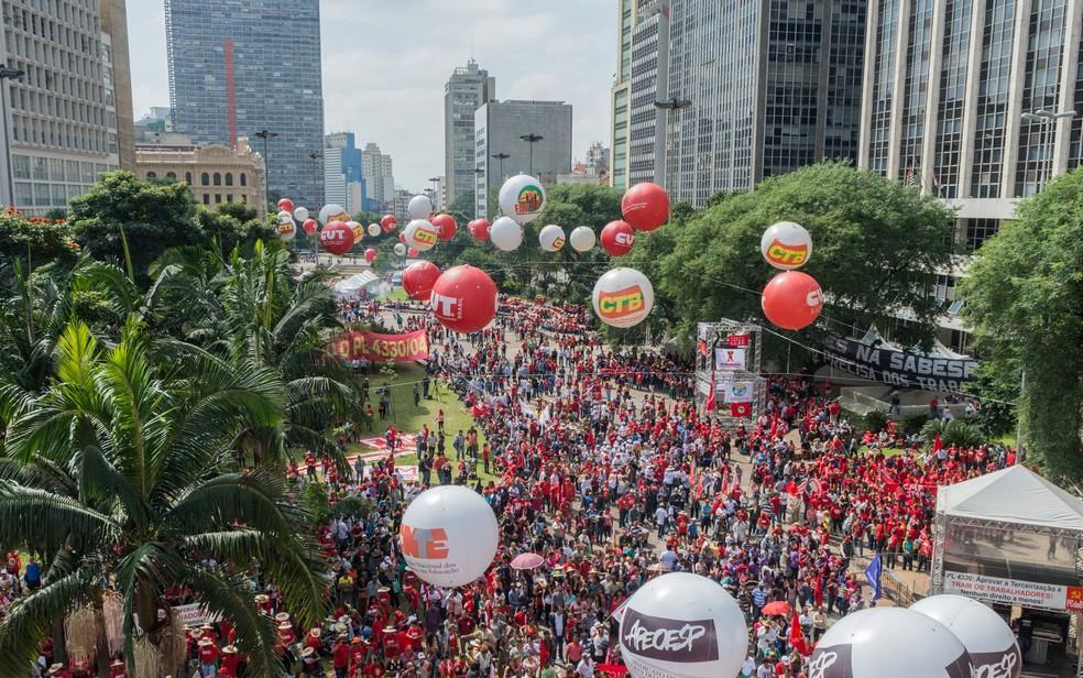Ato da Central Única dos Trabalhadores (CUT) e movimentos populares no vale do Anhangabaú, em São Paulo, no Dia do Trabalho (Foto: Fernando Zamora/Futura Press/Estadão Conteúdo)