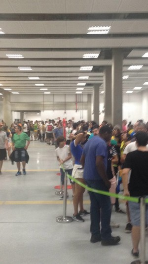 Fila na arena do basquete onde jogaram EUA e China: somente um caixa aberto e muita fila para compra de alimentos e bebidas (Foto: Cauê Rademaker)