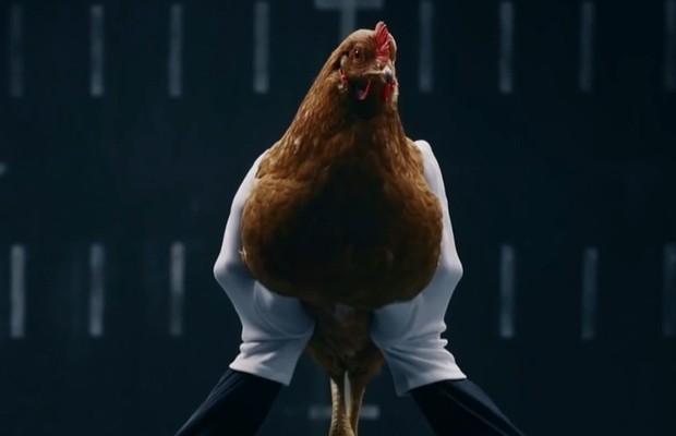 Mercedes usa galinhas para explicar Magic Body Control (Foto: Reprodução)
