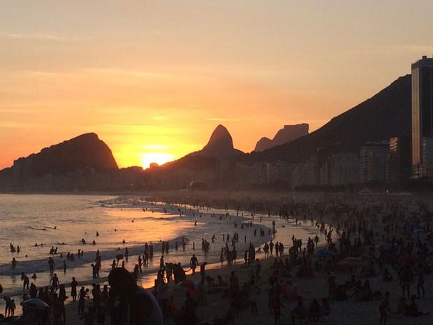 Pôr do sol visto da Praia do Leme (Foto: Mari Campos / Arquivo pessoal)
