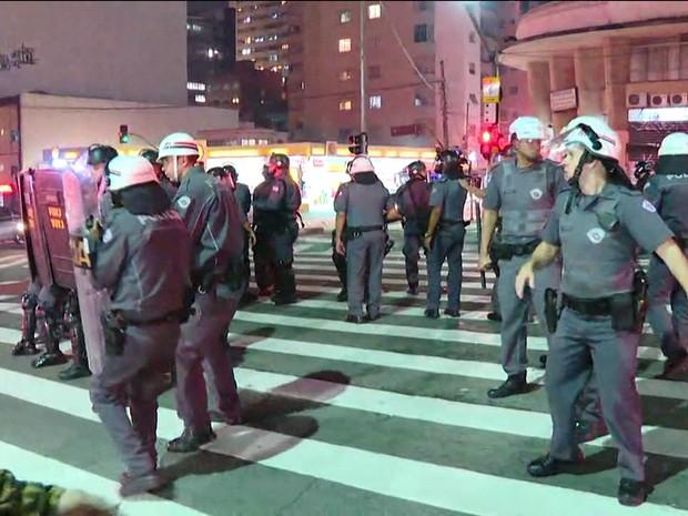 Policiais militares seguem contra grupo de manifestantes na Rua da Consolação (Foto: GloboNews/Reprodução)