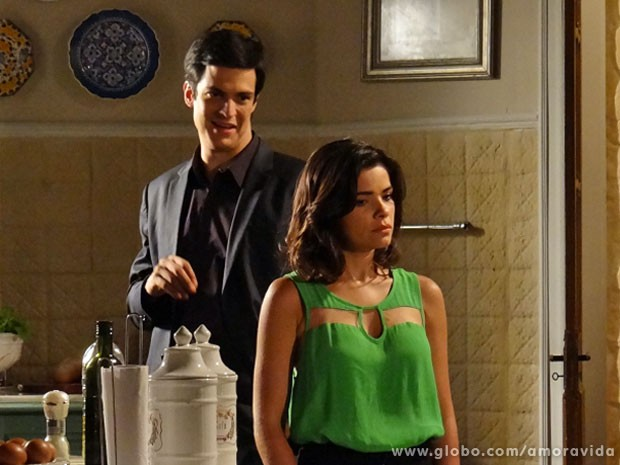 Félix deixa a madrasta numa saia justa (Foto: Amor à Vida/ TV Globo)