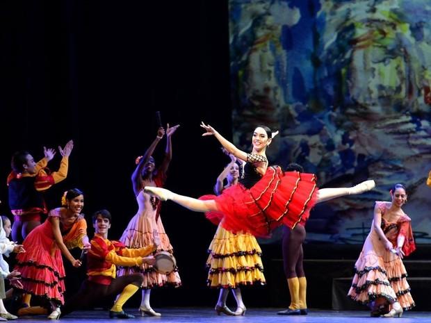 Amanda estudou durante seis anos na Escola de Teatro Bolshoi até se tornar  bailarina profissional ( b0cec70c1a